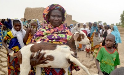 Almadimatou Aguissa aus dem Dorf Kacondj präsentiert ihre neue Ziege - copyright arche nova (2)