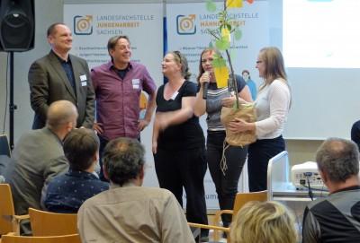 Wie viele andere auch, überraschten uns die Mitarbeiter*innen der LAG Mädchen und junge Frauen Sachsen e.V. beim Festakt mit emotionalen und herzlichen Glückwünschen.