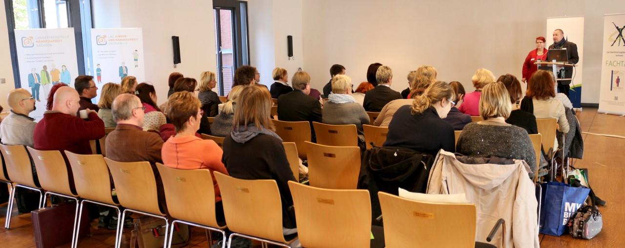 Sylvia Wolf von der Landesarbeitsgemeinschaft Kommunale Gleichstellungsbeauftragte Sachsen und Frank Scheinert von der Landesfachstelle Männerarbeit bei der LAG Jungen- und Männerarbeit Sachsen eröffneten die Konferenz