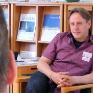 Peter Wild im Gespräch, während der Fachtagung ZEHN! Jahre LAG Jungen- und Männerarbeit Sachsen e. V.